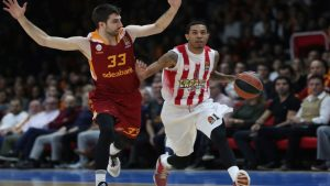 epa05627290 Olympiacos' Green Eric (R) fights for ball against Galatasaray's Jon Diebler at the Euroleague basketball match between Galatasaray and Olympiacos in Istanbul, Turkey 11 November 2016.  EPA/SEDAT SUNA